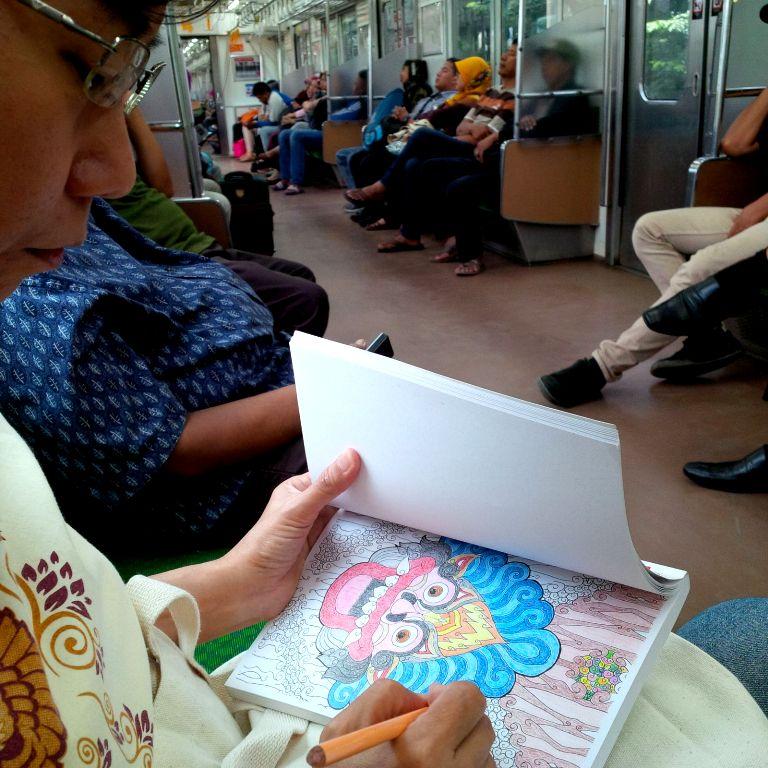 Mewarnai di KRL dari Jakarta ke Bogor