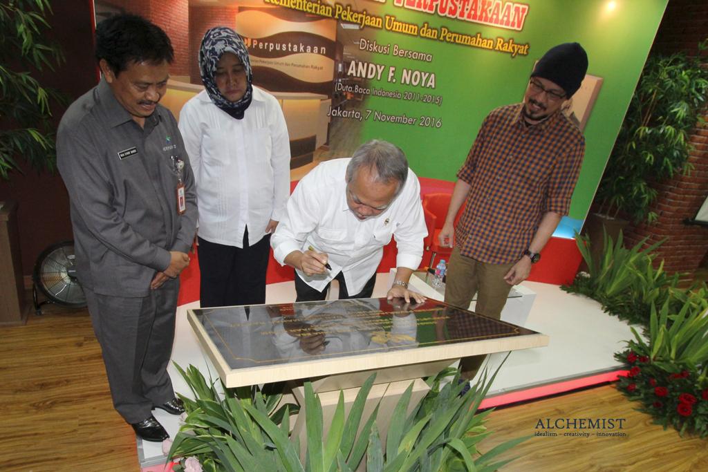 Menteri Pekerjaan Umum dan Perumahan Rakyat (PUPR) Basuki Hadimuljono (kedua kanan) sedang meresmikan Perpustakaan Kementerian PUPR, didampingi Sekjen Kementerian PUPR Anita Firmanti (dua kiri), Kepala Perpustakaan Nasional Muh. Syarif Bando (kiri) dan Duta Baca Nasional 2011-2015 Andy F. Noya (kanan) di Jakarta, 7 November 2016. Acara ini menjadi bagian dari rangkaian acara Hari Bakti PUPR ke-71 yang puncaknya pada 3 Desember 2016.