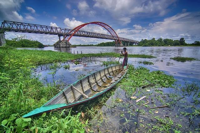 JUARA 3 Hendry Hamim Mengayuh di Bawah Jembatan Kahayan Kalsel