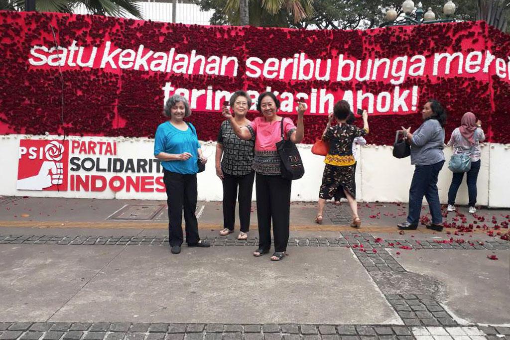 Mami (baju merah) sedang berfoto di depan Balai Kota. Sebagian mawar merah ia bawa pulang sebagai kenangan cintanya pada Sang Gubernur.