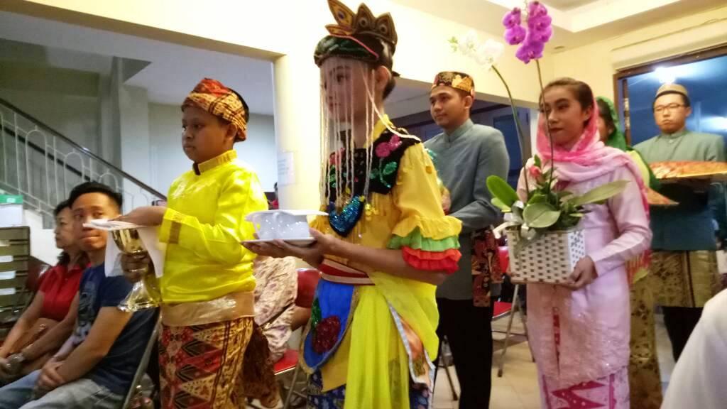 Pada saat perayaan Ekaristi 210 Tahun KAJ, para pembawa persembahan menggunakan baju adat bangsa Indonesia. Bahkan ada persembahan berupa roti buaya yang menjadi ciri khas budaya Betawi.