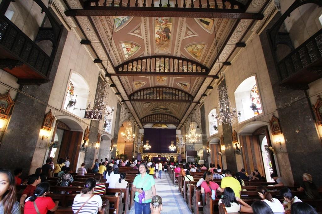 Interior Basilica Santo Nino yang memperlihatkan altar