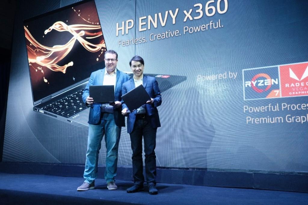 Presiden Direktur HP Indonesia David Tan (kanan) dan PeterChambers ConsumersSalesDirectorAMDuntukAsiaPasifik danJepang(kiri) di acara launching HP Envy x360 di Jakarta, Senin, 13 Agustus 2018. (Foto: Cynthia Iskandar)