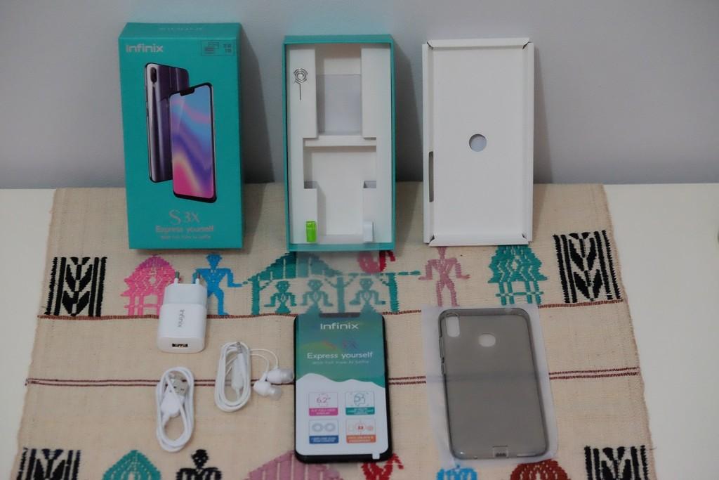 Unboxing ponsel Infinix Hot S3X yang sudah dilengkapi screen protector.