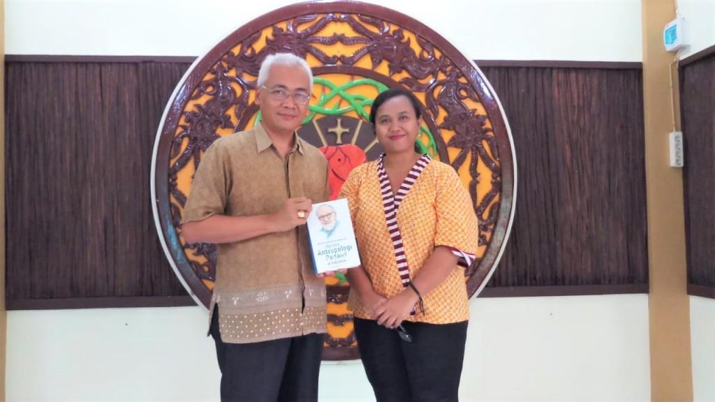 """Bernada Rurit (kanan) bersama Mgr. Pius Riana Prapdi adalah uskup Keuskupan Ketapang  yang memegang buku  """"Prof. Dr. Habil Josef Glinka, SVD. Perintis Antropologi Ragawi di Indonesia."""""""